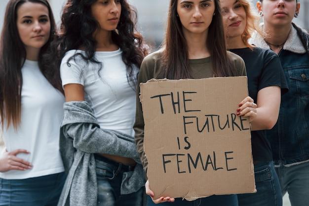 Ils veulent être entendus aujourd'hui. un groupe de femmes féministes protestent pour leurs droits en plein air