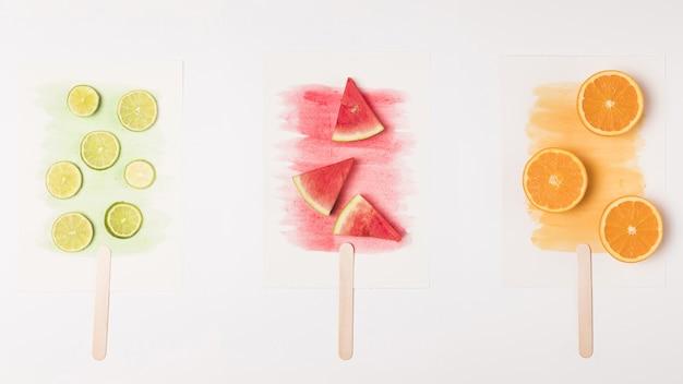 Image abstraite de la crème glacée aux fruits sur aquarelle peinte