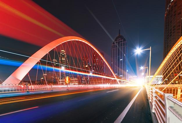 Image abstraite du mouvement de flou de voitures sur la route de la ville de nuit