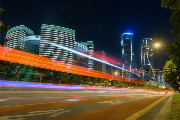 Image abstraite du mouvement de flou de voitures sur la route de la ville pendant la nuit