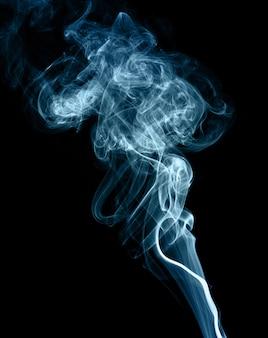 Image abstraite de fumée devant un fond noir