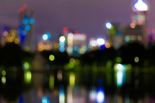 Image abstraite des lumières de bokeh dans la ville de bangkok.