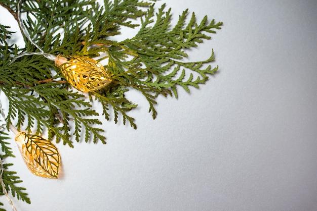 Image abstraite des lumières de guirlande de noël et d'arbre.