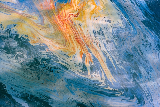 Image abstraite de taches d'huile et d'essence multicolores sur l'eau. fond psychédélique