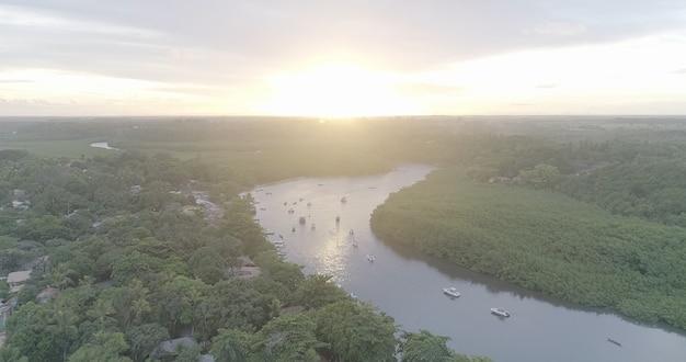 Image aérienne de barra de caraiva, une communauté côtière et balnéaire située à porto seguro, bahia, brésil.