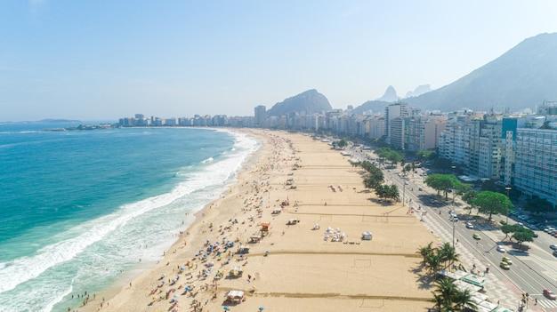 Image aérienne de la plage de copacabana à rio de janeiro. brésil.