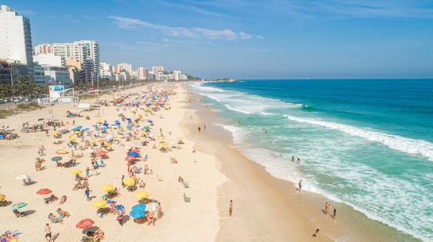 Image aérienne de la plage d'ipanema à rio de janeiro. 4k.