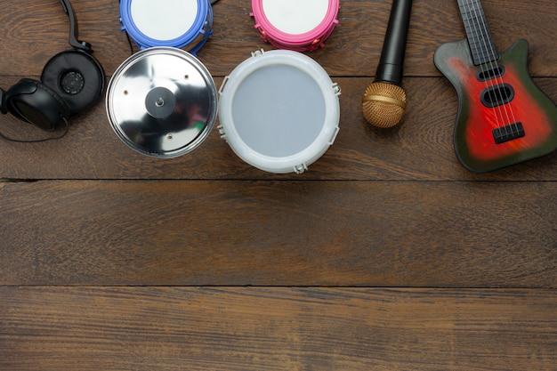 Image aérienne de table vue de dessus du concept de fond d'instruments de musique enfants.