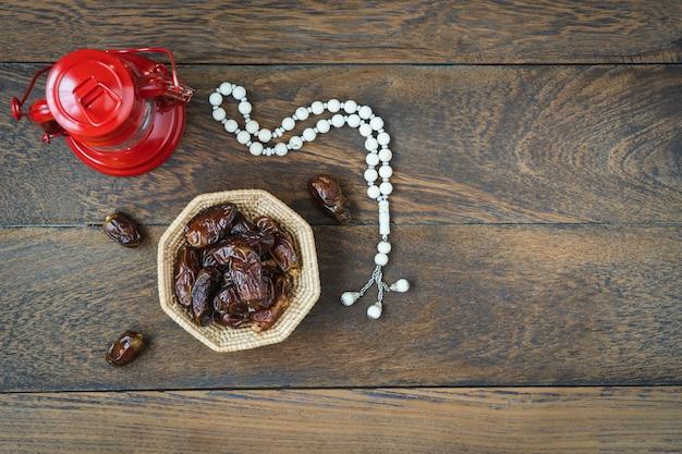 Image aérienne vue de dessus de table de la décoration fond de vacances ramadan kareem.