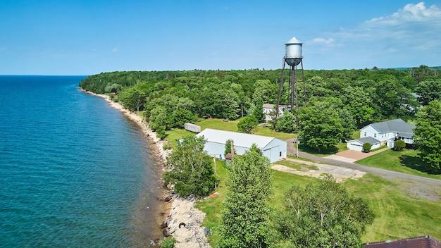 Image de l'antenne de la côte du lac avec forêt et petit château d'eau