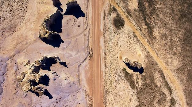 Image d'antenne regardant la route du désert avec des piliers de roche