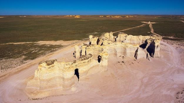 Image de l'antenne de structures d'obélisques rocheux inhabituels au milieu du désert