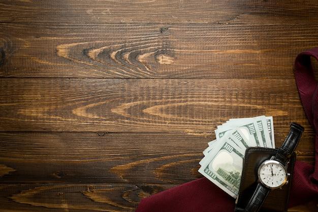 Image d'argent dans un sac à main en cuir sur bois avec fond