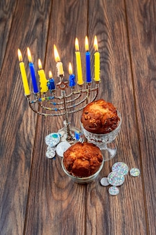 Image de l'arrière-plan de la fête juive de hanoucca avec des candélabres traditionnels de la menorah et des bougies allumées