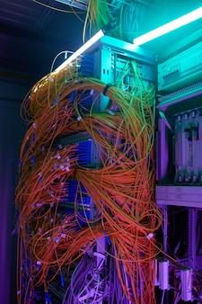 Image d'arrière-plan futuriste de l'armoire serveur avec câbles et fils en lumière violette