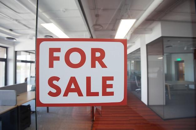 Image d'arrière-plan graphique de rouge à vendre signe sur porte en verre de l'espace de bureau contemporain, espace copie