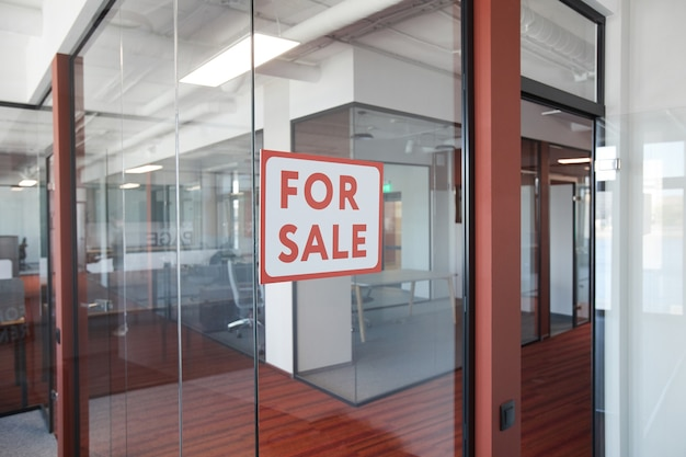 Image d'arrière-plan graphique de rouge à vendre signe sur la porte en verre de l'immeuble de bureaux, copiez l'espace