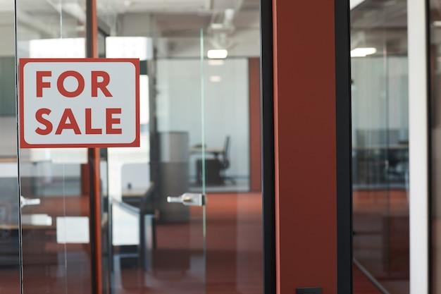 Image d'arrière-plan graphique de rouge à vendre signe sur porte en verre de location de bureau vide, espace copie