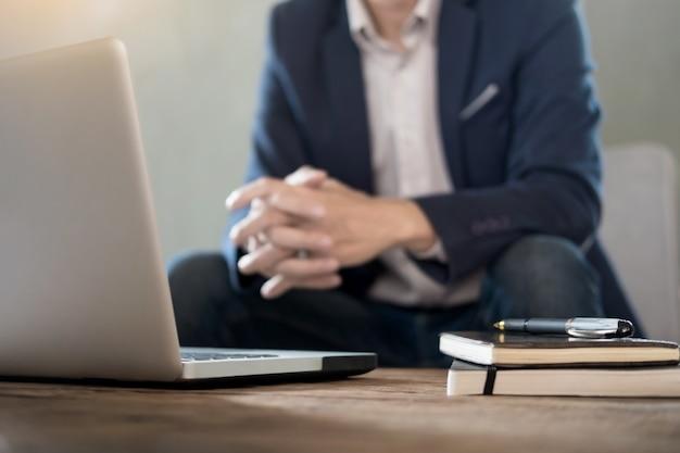 Image authentique d'un homme d'affaires pensif dans un café au café et au travail.