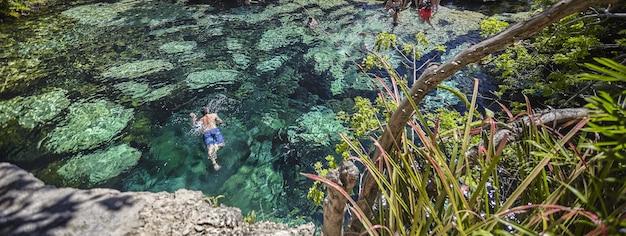 Image de bannière de détail de cenote mexicain avec espace de copie