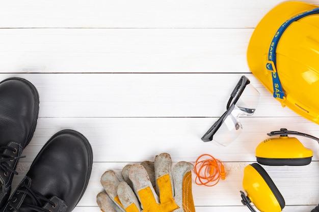 Image bannière de l'équipement de sécurité de construction plat poser sur du bois blanc.