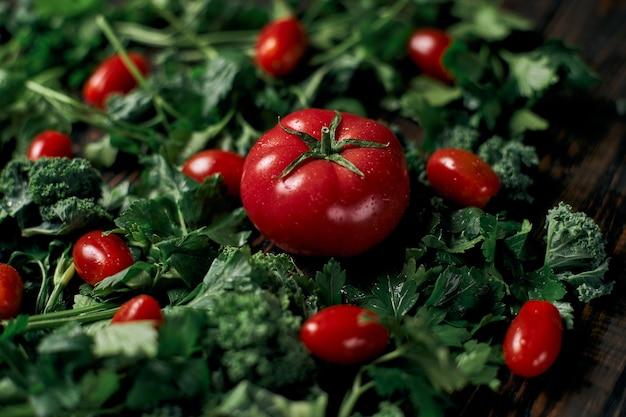 Image beaucoup de tomates fraîches et de persil