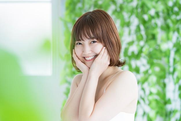 Image de beauté / femme souriante / verte