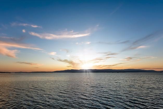 Image de beaux nuages dans le ciel au coucher du soleil paysage dramatique