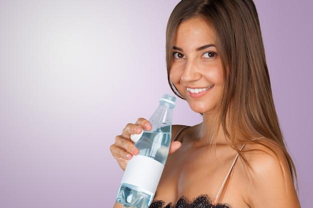 Image de belle femme avec une bouteille d'eau