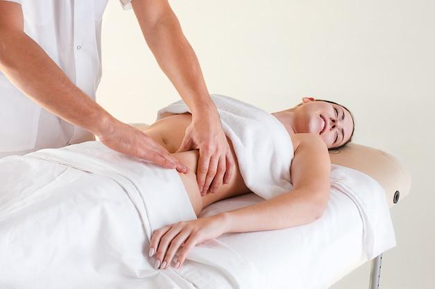 L'image de la belle femme dans un salon de massage
