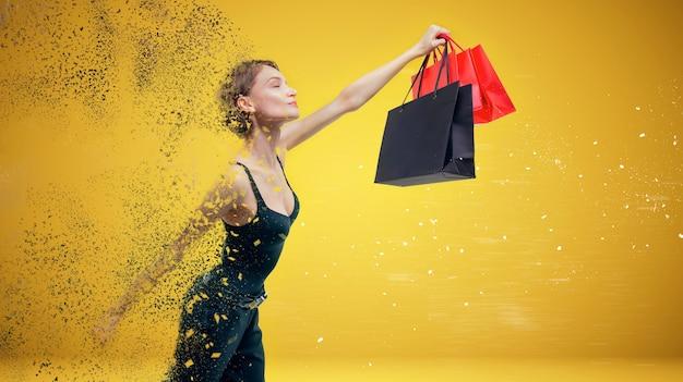 Image d'une belle grande femme volant faire du shopping avec des colis à la main. effet de pourriture. notion de vacances. technique mixte