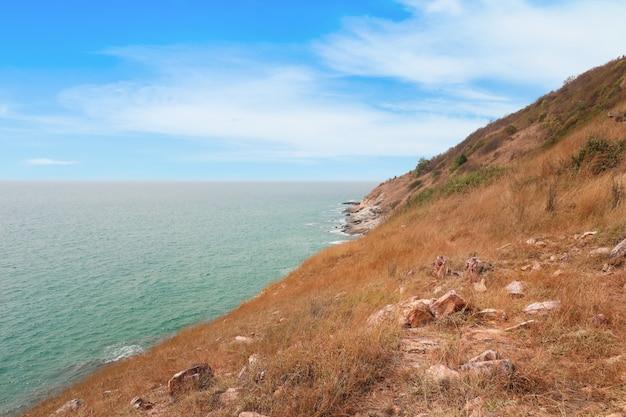Image de la belle montagne, mer et ciel clair avec champ d'herbe sèche dans la nature en plein air