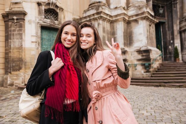 Image de belles filles en manteaux.