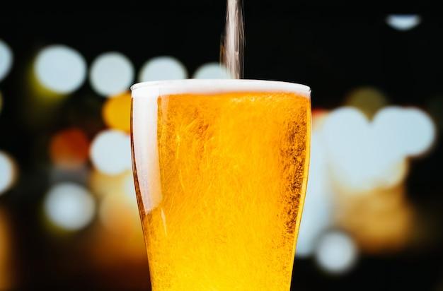 Image de bière légère en versant dans un verre