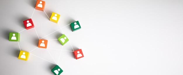 Image de blocs colorés avec des icônes de personnes