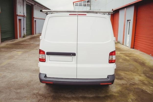 Image d'une camionnette blanche