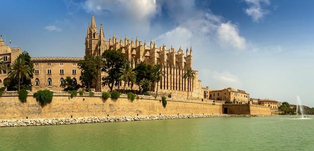 Image de la célèbre cathédrale la seu à palma de majorque espagne