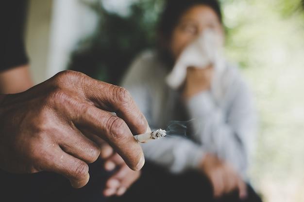 Image de la cigarette est dans la main de l'homme dans le parc