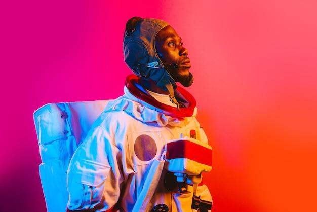 Image cinématographique d'un astronaute portrait coloré d'un homme avec une combinaison spatiale