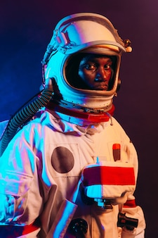 Image cinématographique d'un astronaute. portrait coloré d'un homme avec une combinaison spatiale