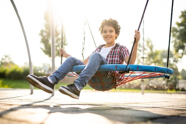 Image cinématographique d'enfants jouant sur l'aire de jeux