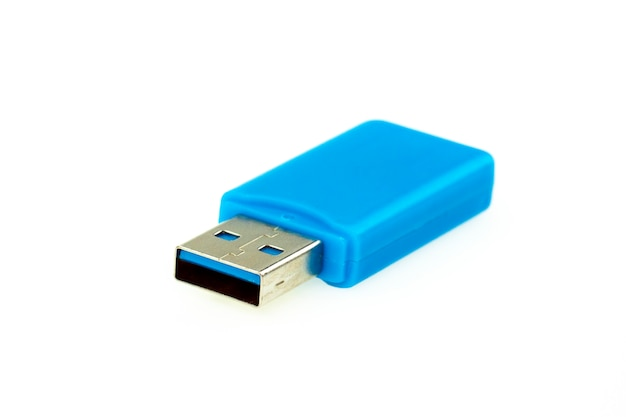 Image d'une clé usb bleue isolée sur blanc