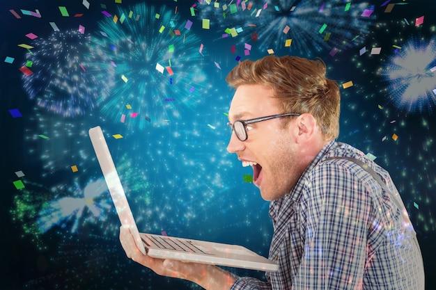 Image composite d'un homme d'affaires geek utilisant son ordinateur portable