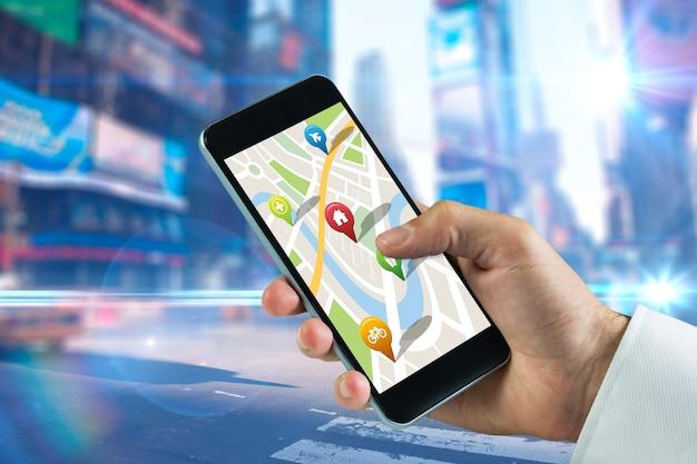 Image composite de l'homme à l'aide de l'application map sur téléphone