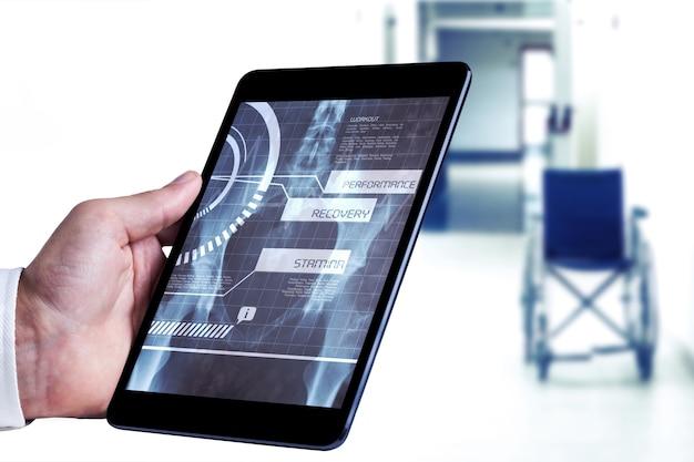 Image composite de l'homme à l'aide de tablet pc