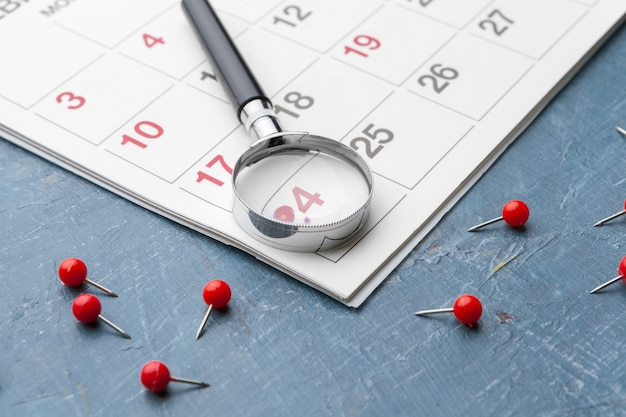 Image concept d'affaires et de réunions. calendrier pour vous rappeler un rendez-vous important et loupe