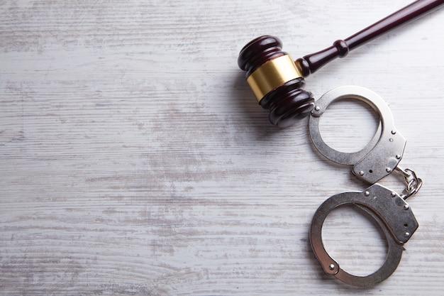 Image de concept de droit juridique - marteau et menottes