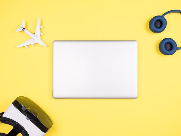 Image de concept d'homme d'affaires de voyageur sur le bureau jaune, vr, écouteurs