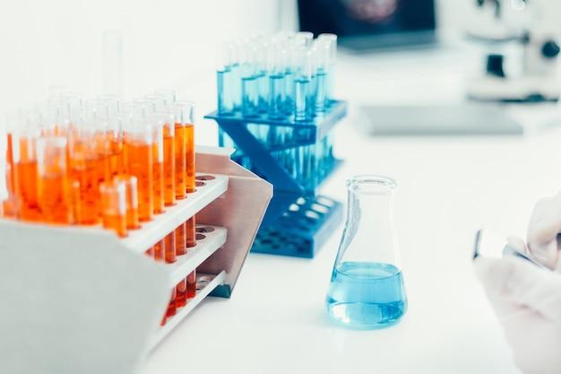 Image de conteneurs avec tubes à essai sur une table dans le laboratoire. photo avec un espace de copie.