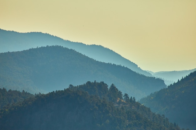 Image de couches brumeuses des sommets des montagnes